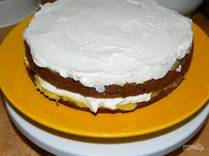Затем слой крема из взбитых сливок и сахарной пудры. И снова слой бисквита.
