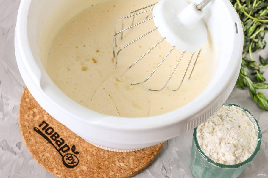 Влейте качественное растительное масло без запаха и вмешайте его в яичную массу.