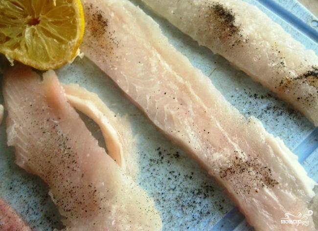 Максимально тонко нарезаем филе семги. Каждый кусочек солим, перчим и слегка сбрызгиваем лимонным соком.