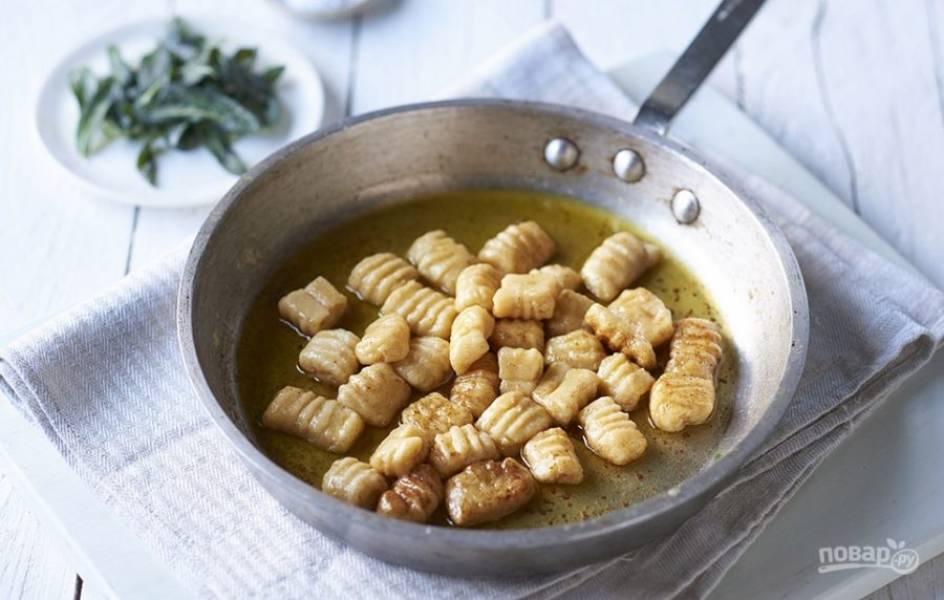 5. Разогрейте растительное масло и обжарьте полученные картофельные ньокки до готовности.