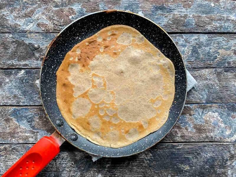 Обжарьте блины на хорошо разогретой сковороде по 1-2 минуты с каждой стороны.
