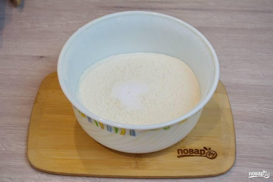 Пшеничную муку просейте в миску. Добавьте чайную ложку соли и размешайте.
