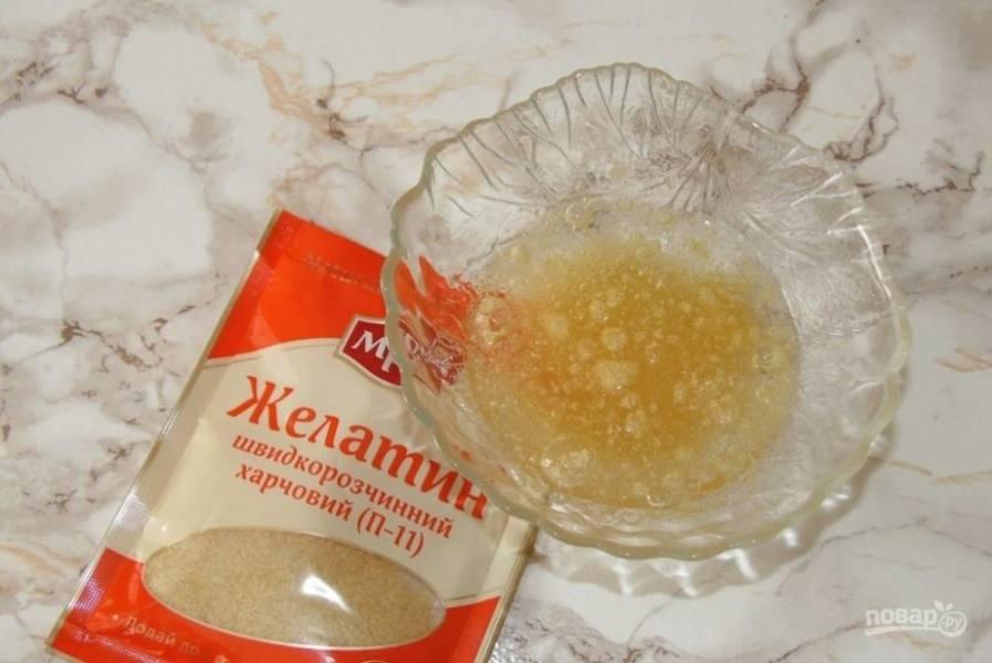 1.В миску насыпьте желатин, залейте его холодной водой и оставьте на полчаса. За это время он разбухнет.