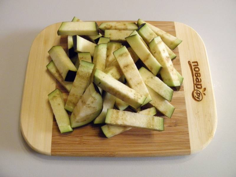 2. Порежьте баклажаны небольшими брусочками. Добавьте щепотку соли, но немного, помните, что они будут еще мариноваться в соевом соусе. Отправьте их на сковороду обжариваться до готовности.