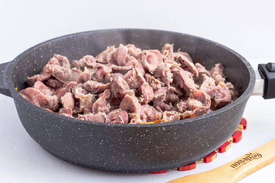 Когда желудочки будут готовы, процедите их от бульона. 0,5 стакана бульона оставьте для дальнейшего приготовления блюда. Добавьте желудки к овощам и перемешайте.
