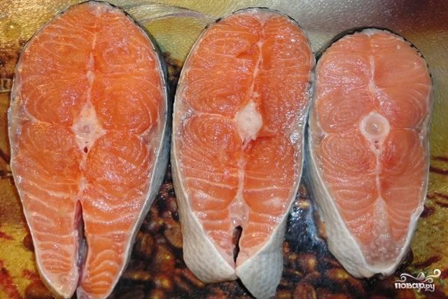 Теперь нарезаем семгу на порционные куски шириной приблизительно 2-3 сантиметра. Посыпаем их солью и специями для рыбы и оставляем на пол часа промариноваться.