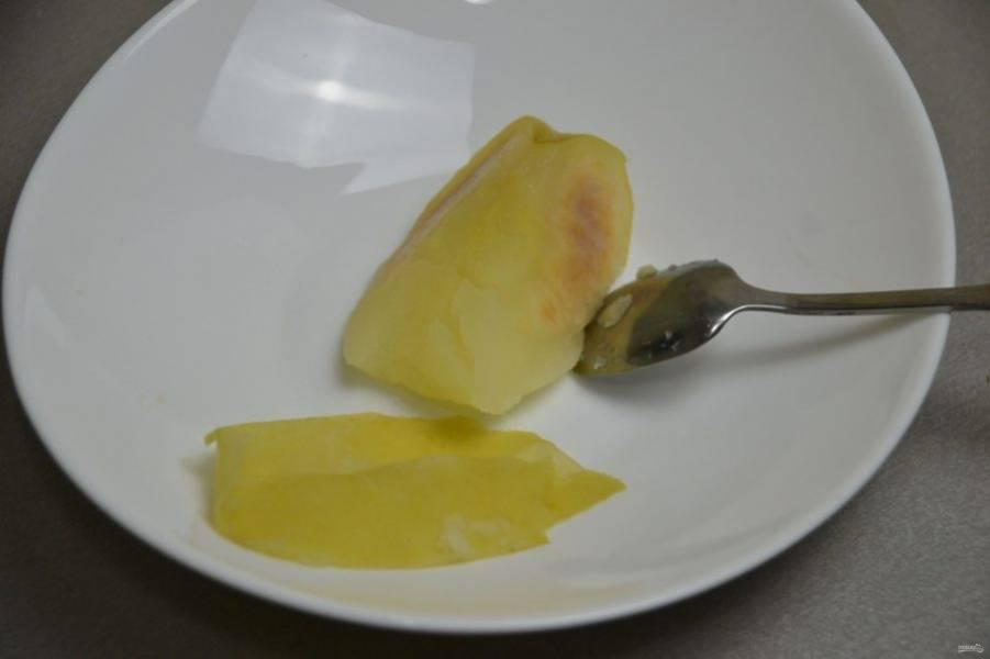 Отделите мякоть запеченного яблока.
