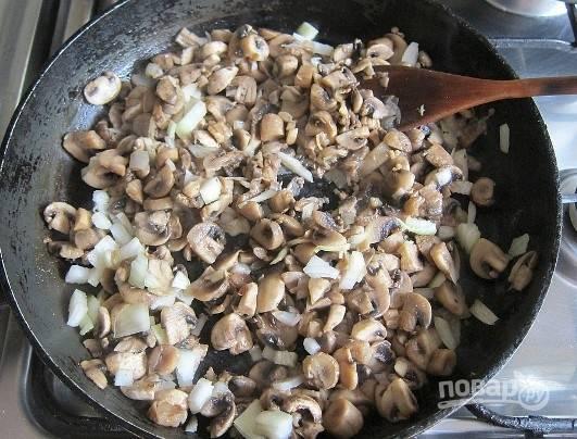 Репчатый лук нарезаем мелко, а грибы — тонкими пластинками. Затем обжариваем их на растительном масле до полуготовности или до золотистой корочки (кому как больше нравится).