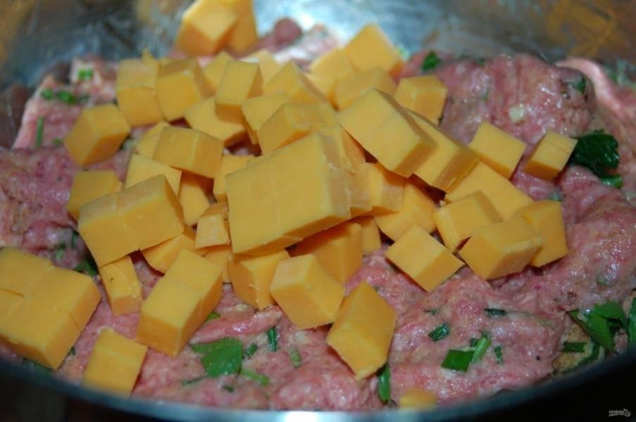 2.Твердый сыр нарезаю крупными кубиками и добавляю к мясному фаршу, еще раз перемешиваю.
