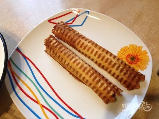 И сворачиваем вафли в трубочку, пока они горячие.