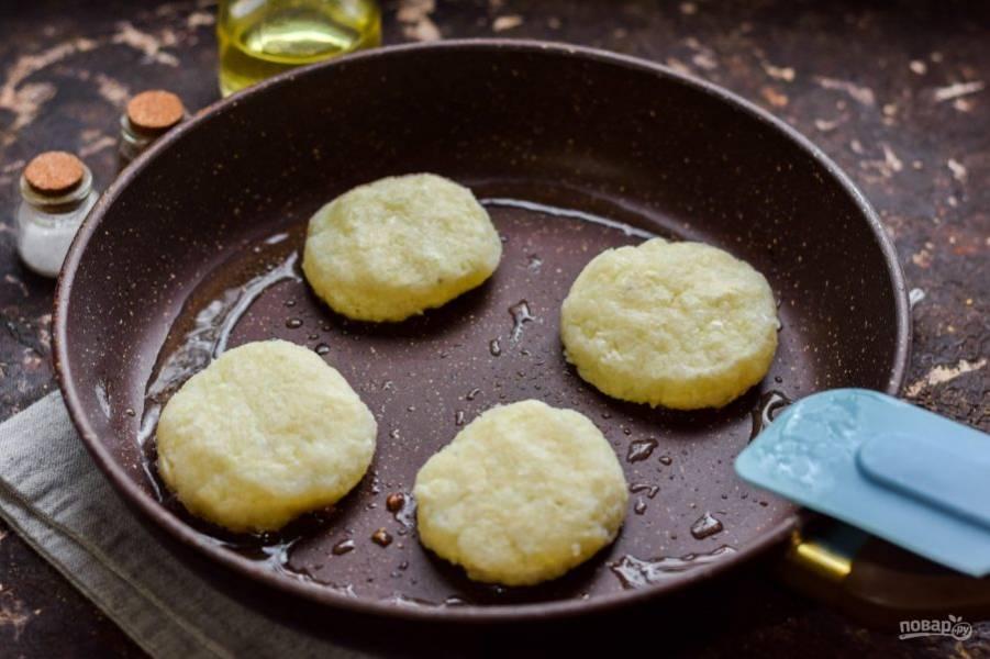 Сформируйте небольшие котлеты из цветной капусты. Сковороду прогрейте с маслом, выложите котлеты, жарьте 3 минуты на небольшом огне.