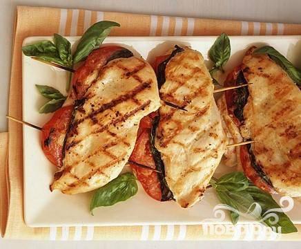Курица с базиликом и помидорами