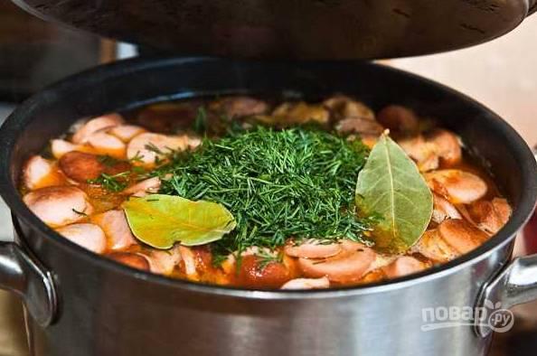 12. Доведите суп до кипения, выложите в него измельченную зелень и лавровый лист. Через минуту после закипания снимите с огня, накройте крышкой и оставьте минут на 30-35, чтобы он как следует настоялся.