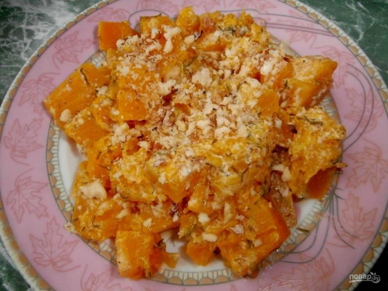 5.Выложите тыкву в тарелку, украсьте измельченными грецкими орехами и подавайте к столу.