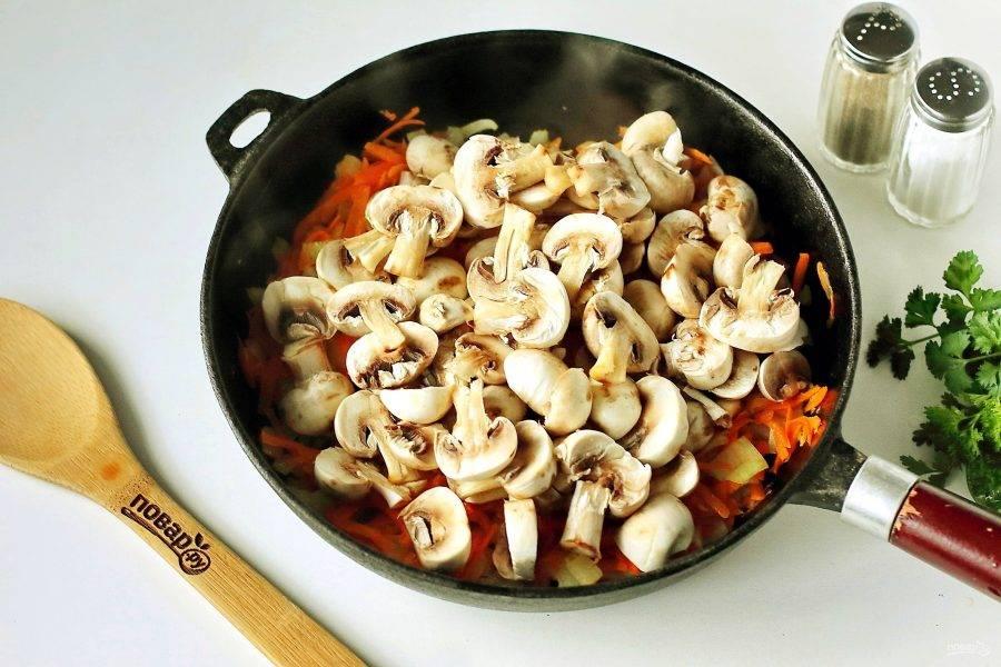 Параллельно этому процессу, налейте в кастрюлю воду и доведите до кипения. Отдельно на сковороде обжарьте нарезанный кубиками лук и тертую морковь. В конце добавьте нарезанные шампиньоны и жарьте все вместе до испарения жидкости.