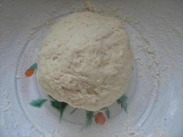 Замешиваем тесто для галушек. Сначала смешиваем все сухие ингредиенты - муку, соль,сахар и соду. Затем добавляем яйца и кефир. Тесто не должно быть очень густым, но и не должно липнуть к рукам. При необходимости, количество муки можно увеличить.