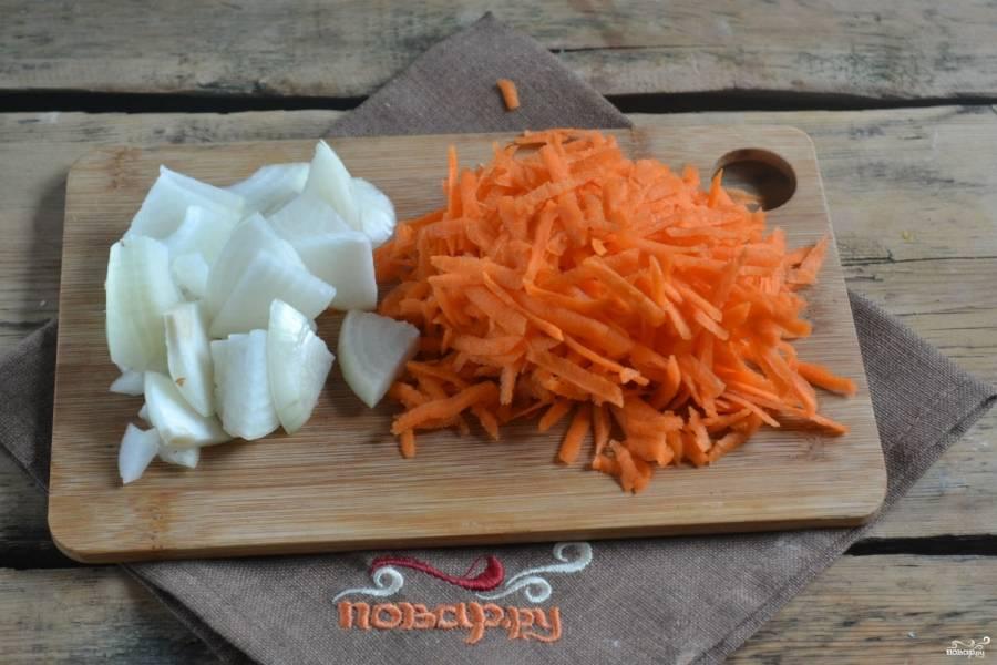 Тем временем можете заняться овощами. Луковицу порежьте четвертькольцами, а морковь натрите на крупной терке. Можно также натереть ее на терке для корейской моркови.