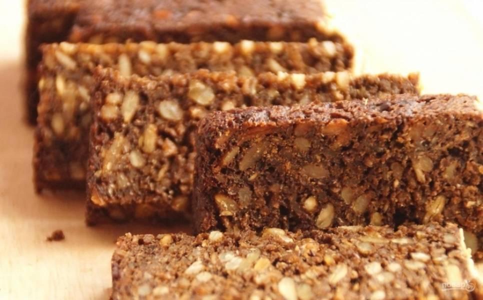 3.У меня хлеб ржаной с семечками, уж очень люблю его. Нарезаю хлеб кусочками, поджариваю его на сухой сковороде или в тостере.