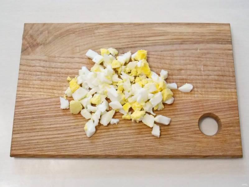 Отварите яйцо в течение 10 минут. Остудите и порежьте мелким кубиком.