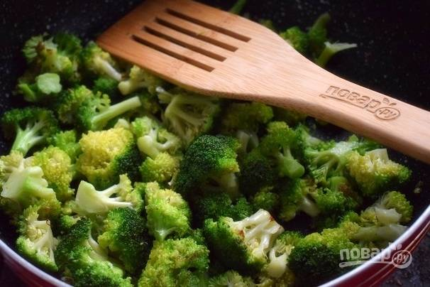 Брокколи разберите на соцветия, обжаривайте в течение 5 минут. Затем уберите капусту на тарелку.