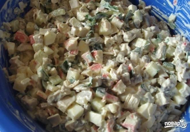 4. Заправляем салат майонезом, по вкусу солим и перчим, хорошо перемешиваем. Отправляем в холодильник хотя бы на 30 минут.