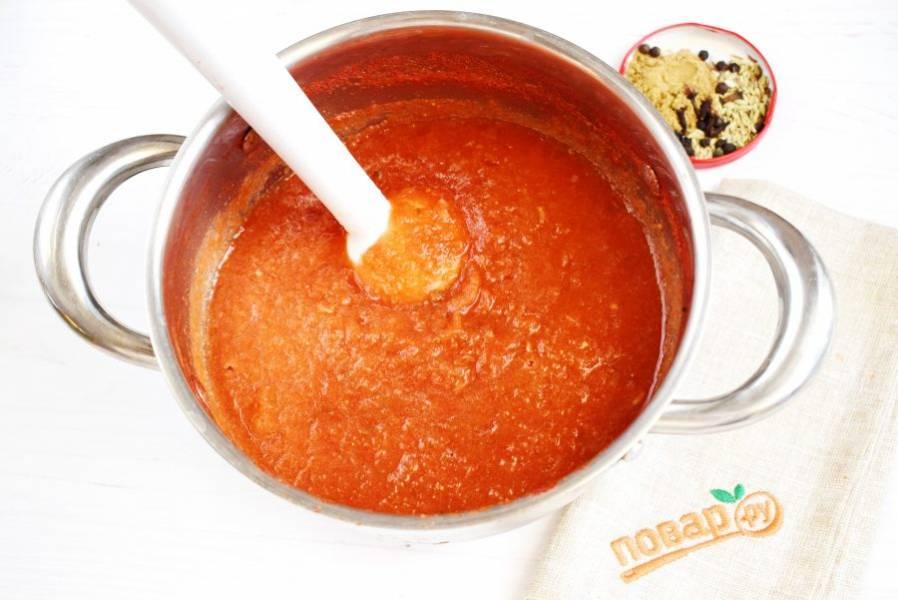 Пробейте блендером до однородности, добавьте специи. Семена укропа, гвоздику и черный перец завяжите в марлевый мешочек и опустите в кастрюлю. Варите до необходимой густоты, в течение 30-40 минут. Добавьте сахар, перемешайте. Влейте уксус, доведите соус до кипения. Удалите мешочек со специями.