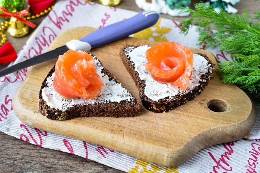 Выложите на бутерброды малосольную красную рыбу, я использовала семгу.