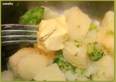 4. Солим картофель с капустой по вкусу, а после готовности сливаем бульон и добавляем сливочное масло. Начинаем толочь. Это можно сделать вручную, а можно воспользоваться блендером.