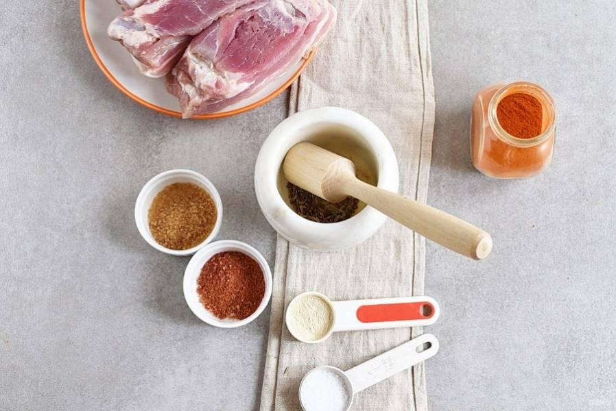 Сало подготовьте, хорошо очистите шкурку, поскребите ножом. Куски промойте и обсушите. Размер кусков должен быть одинаковым. В ступке крупно растолките семена кориандра и фенхеля.