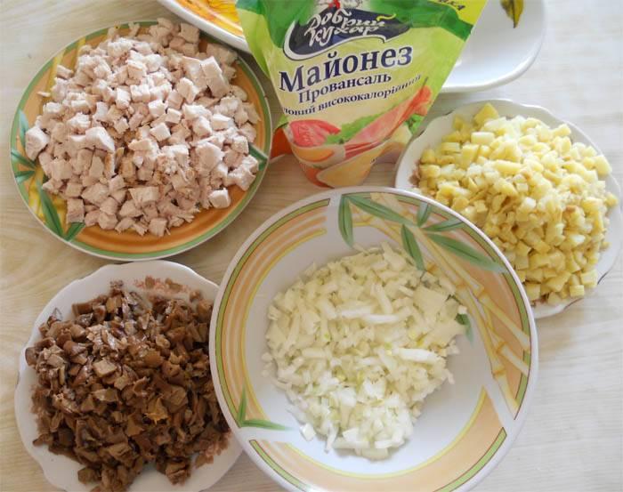 Затем все ингредиенты режем мелко.