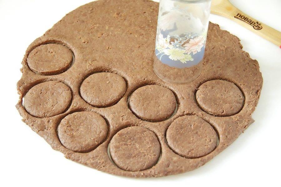 Раскатайте тесто в пласт, толщиной около 5 мм. При помощи стакана вырежьте кружки.