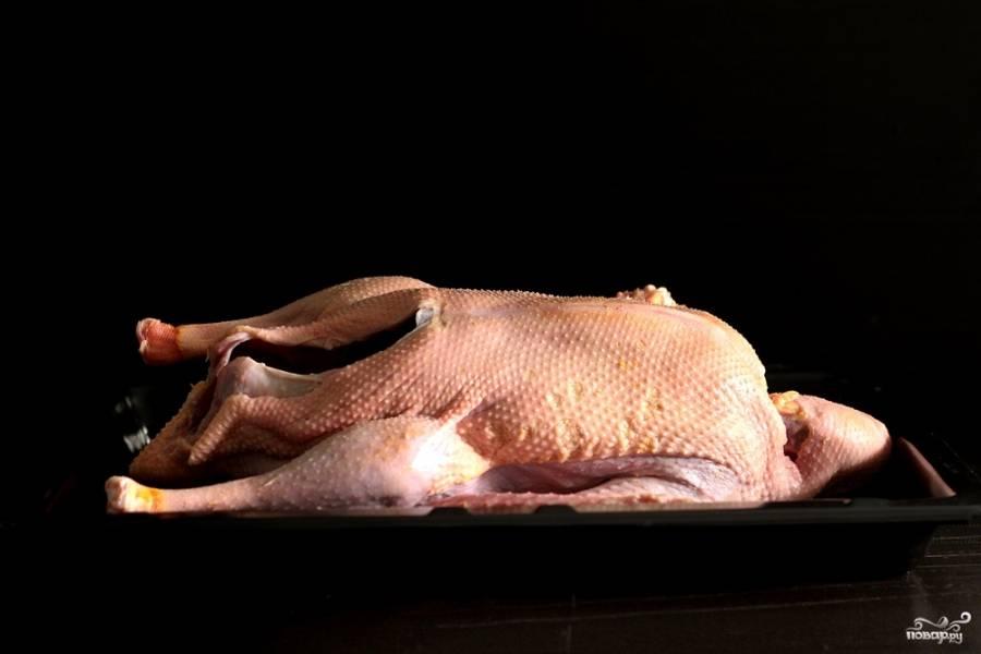 Кожу отделите (но будьте аккуратны и не порвите её) от передней и задней части гуся, дойдя до ножек.