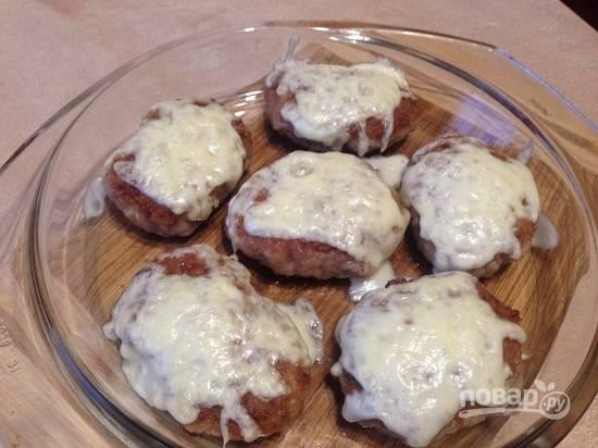 И отправляем обратно в горячую духовку минут на 5, чтобы сыр расплавился. Можно этот процесс сделать и на плите. Посыпаем котлеты на сковороде сыром и накрываем крышкой. Минуты через 3 сыр расплавится.
