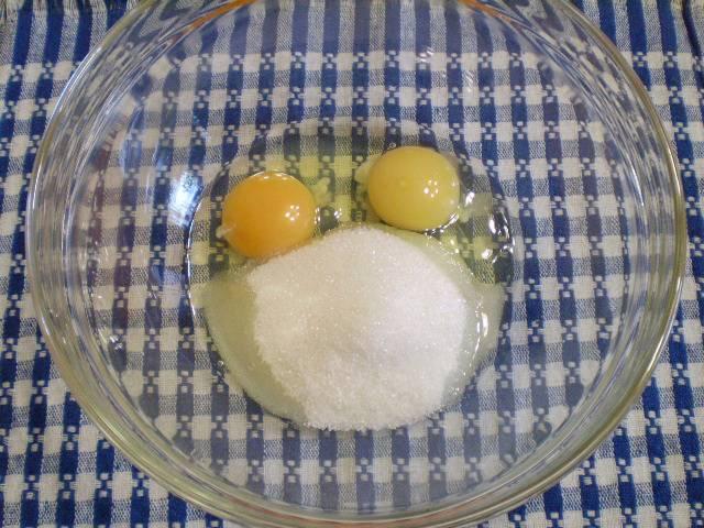2. Готовим тесто для бисквита. Взбиваем сахар с яйцами до пышной пены.