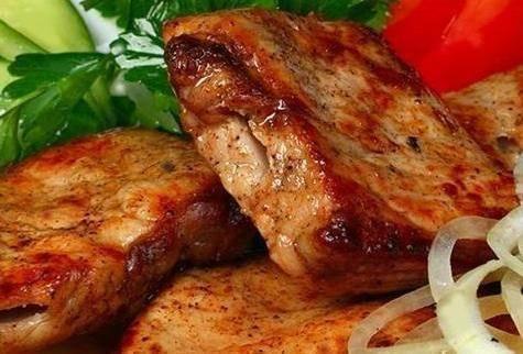6. Получается шашлык из свинины в мультиварке в домашних условиях мягкий и сочный. Единственное, что он не излучает аромат дымка. Подавать его можно со свежими овощами и маринованным луком, а также с зеленью петрушки. За время, пока оно готовится можно сделать соус или использовать уже готовый во время трапезы.
