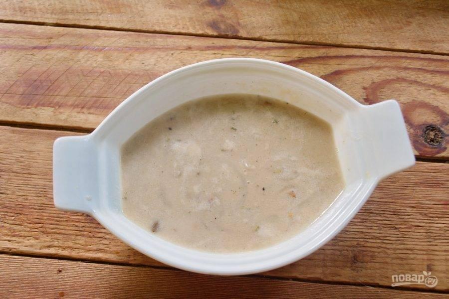 В форму для запекания (это может быть вот такая керамическая штучка или керамическая кастрюлька или просто глубокая толстостенная керамическая миска) влейте немного супа.