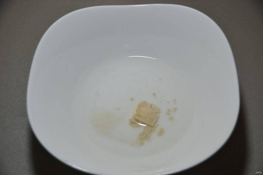 В теплую воду положите дрожжи, щепотку соли, щепотку сахара, влейте две столовые ложки оливкового масла.