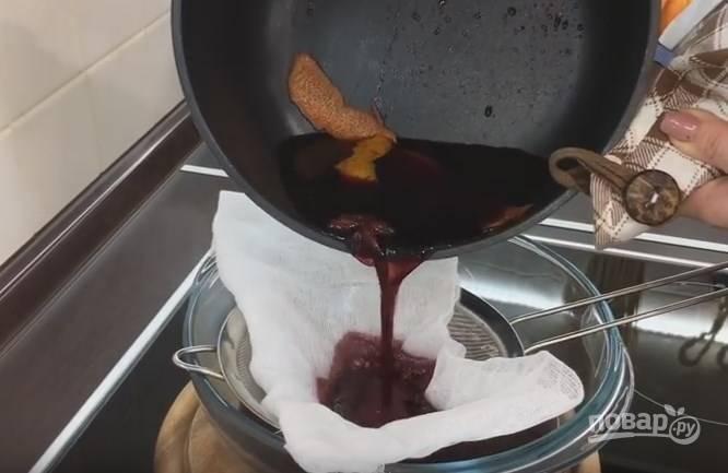 5. Через 15 минут глинтвейн нужно процедить через самое мелкое сито или через несколько слоев марли.
