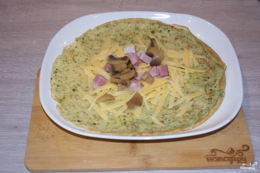 8. Нарежьте шампиньоны маринованные и измельчите бекон. Выложите их сверху на сыр.