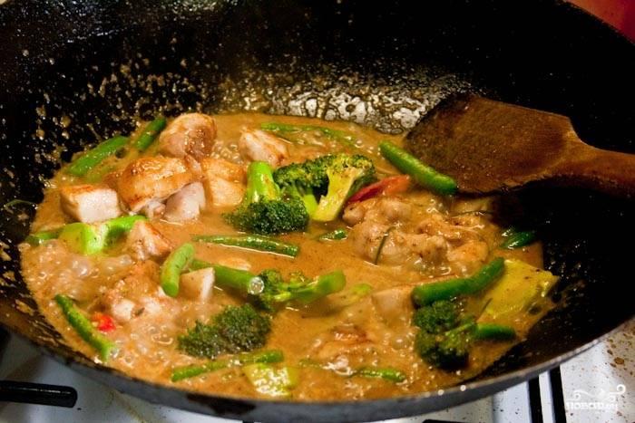 5. Следом отправьте на сковороду чили, брокколи, фасоль, заранее обжаренную курочку. Оставьте на медленном огне минут на 5-10, пока филе и овощи полностью не проготовятся.