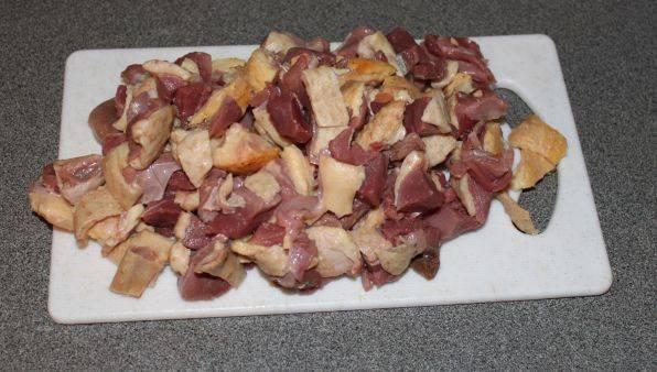 1. Мясо утки нарезаем средними кусочками, обжарим до золотистой корочки в растительном масле, или же немного поварим.