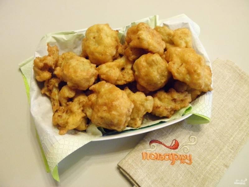 Цветную капусту выложите на салфетку, чтобы впитался лишний жир. Подавайте капусту горячей или теплой с любимыми соусами. Приятного!