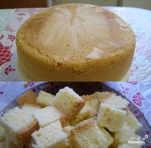6.По окончании приготовления вынем бисквит, чтобы он остывал. В мультиварке верх не зарумянится, поэтому не пугайтесь. Бисквитные коржи готовы.
