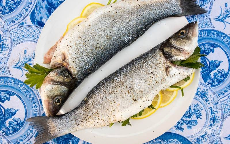 1. Рыбу моем, чистим от всего лишнего и промоем. Затем просушим и фаршируем кусочками чеснока и лимона, а также зеленью.