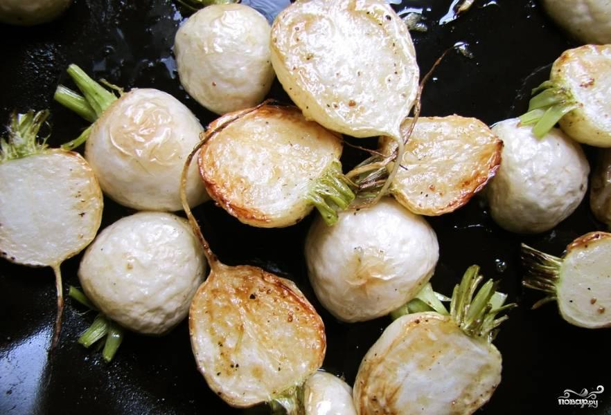 3. Теперь плоды брюквы (молодые) разрежем на две-три части и на хорошо прокаленном масле обжарим до румяности.