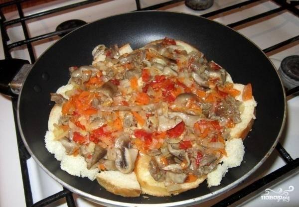 7.Хлеб на сковороде покрываем начинкой.
