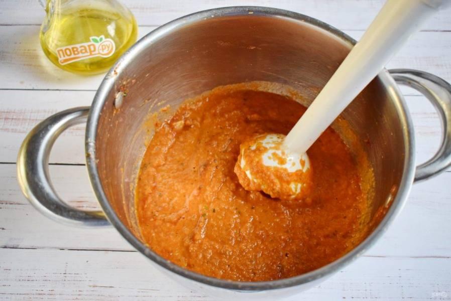 Соедините овощи в кастрюле, пробейте блендером до однородности. На среднем огне под крышкой варите в течение 30 минут, периодически помешивая. Добавьте соль, сахар, перец черный молотый, томатную пасту, тушите еще 20 минут.