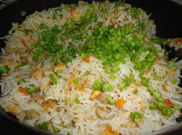 Затем добавили курицу, лук зеленый и специй по вкусу. Перемешали и прогрели еще пару минут.