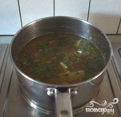 3.Переложить картофель, лук и сливочное масло из сковородки в большую кастрюлю, добавить овощной бульон, тмин, петрушку, чеснок, соль, перец. Готовить на среднем огне от 20 до 25  минут, время от времени  помешивать. Суп дубеет готовым, когда картофель станет достаточно мягким, чтобы с него сделать пюре.