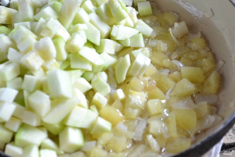 Теперь подошла очередь кабачков. Слегка отожмите порезанные кабачки от образовавшегося сока, отправьте их на сковородку. Тушите под крышкой, пока кабачки станут мягкими. Это займет примерно минут 20.
